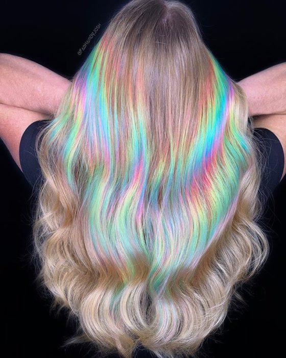 Chica con el cabello teñido de tonos holograficos