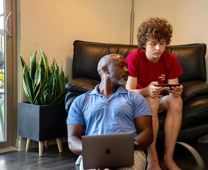 Tony y Peter jugando videojuegos