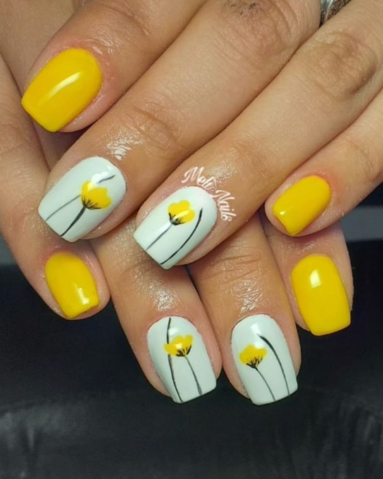 Manicura de color amarillo con tulipanes del mismo color