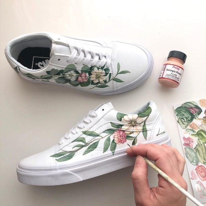 Tenis vans de agujetas con hojas verdes y flores beiges y rosadas