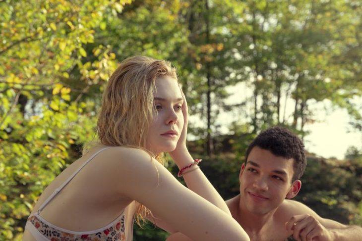 Escena de la película Violet y Finch cuando van al lago y nadan