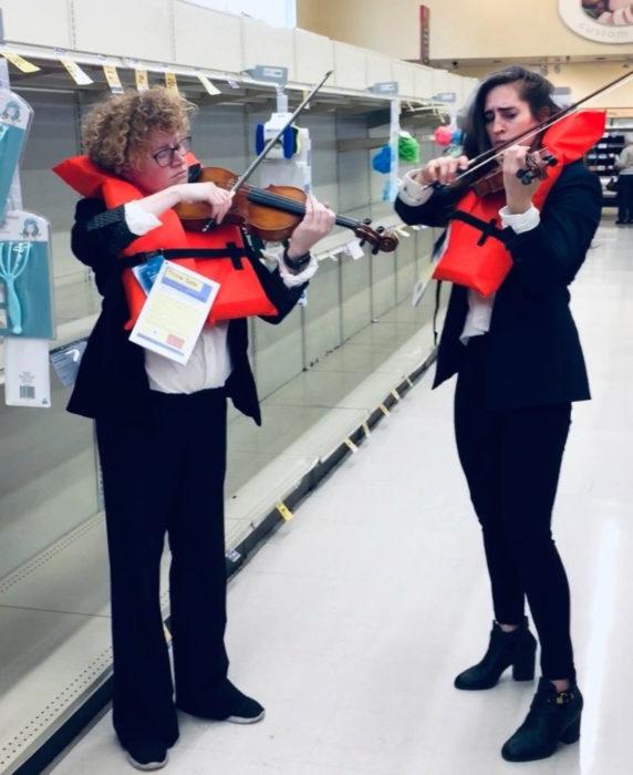 Violinistas tocan canción del Titanic