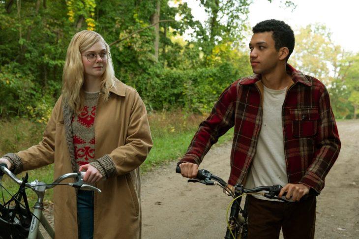 Escena de la película Violet y Finch cuando van en sus biciletas camino regreso a casa después de la escuela