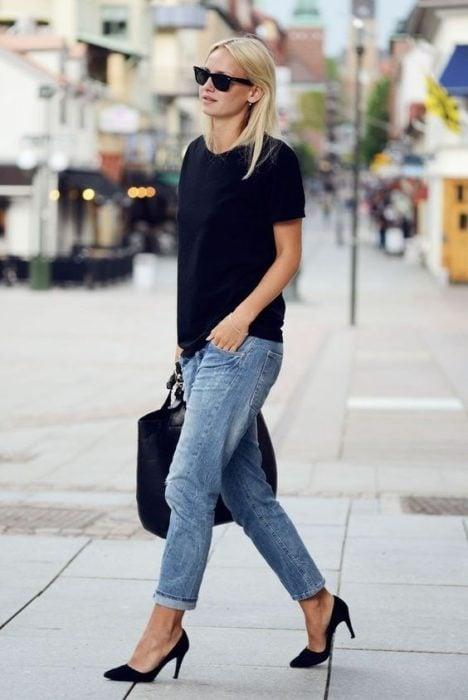 Outfit con unos zapatos negros de gamuza