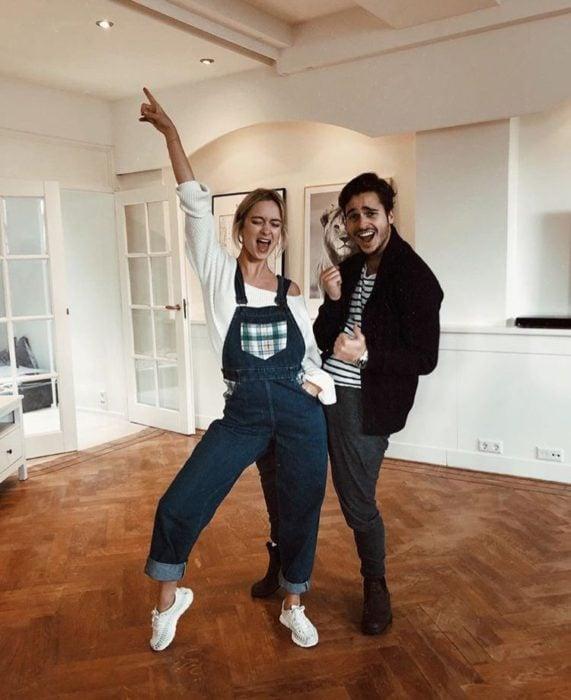pareja Bailando en la sala de su casa