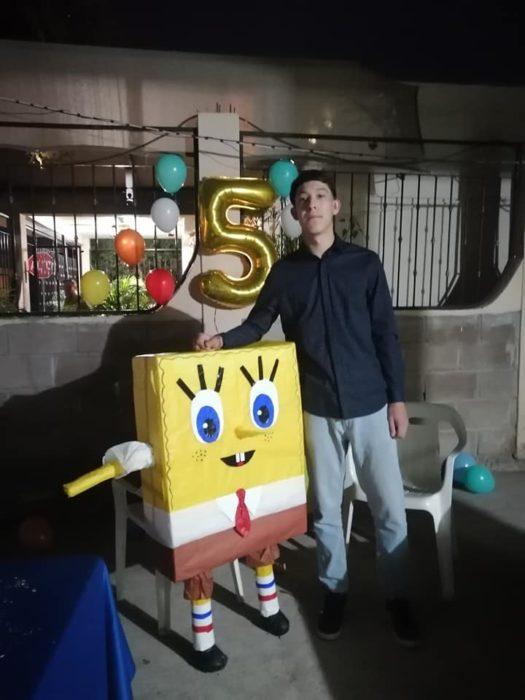 Chico junto a una piñata de Bob Esponja festejando su cumpleaños #5