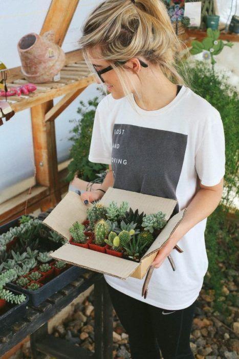 Chica cuidando plantas de su jardín