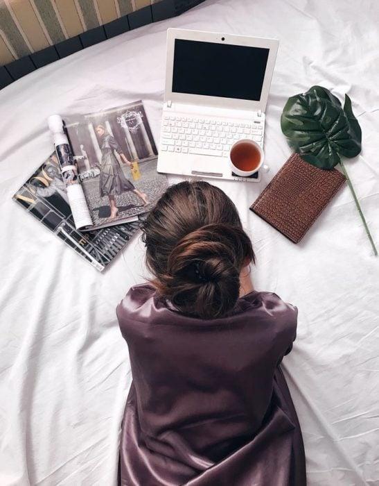 Chica leyendo en el ordenador