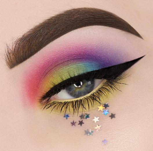 Sombra para ojos en colores amarillo, rosa, morado y verde con decorado de estrellas