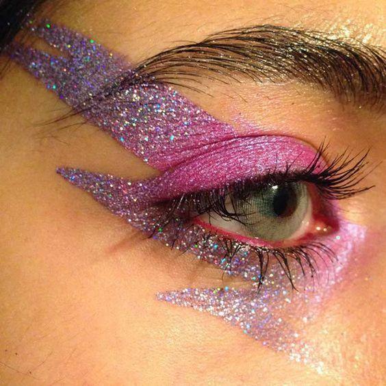 Delineado para ojos en forma de rayo en tonos rosa, morado y con glitters