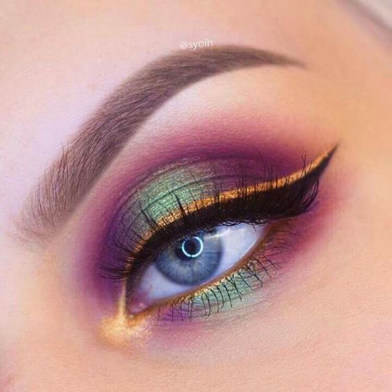 Maquillaje para ojos en efecto metalizado de colores amarillo, morado y verde