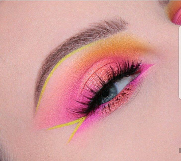 Maquillaje en tono rosa fucsia, amarillo neón y durazno