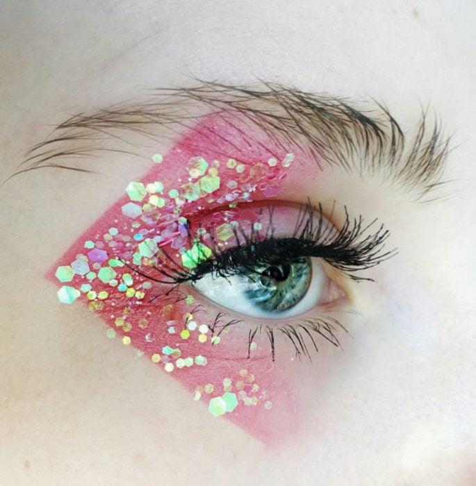 Sombra para ojos en tono rojo con glitters metalizados en amarillo y verde