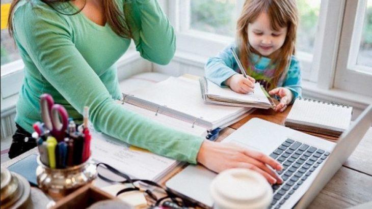 Mujer realizando varias tareas al mismo tiempo