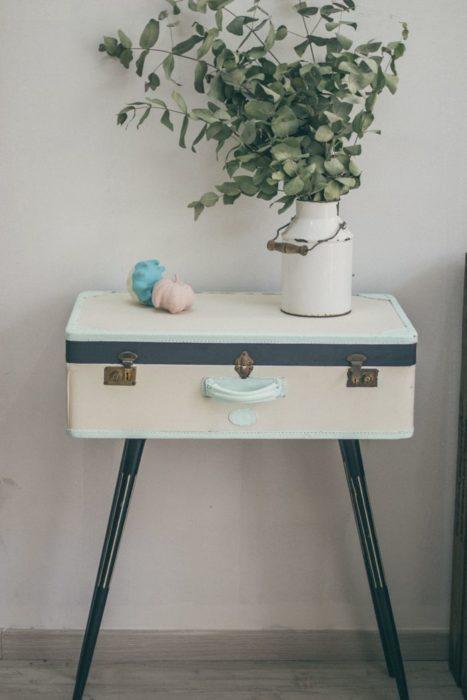 DIY de maleta vintage para ser ahora una mesa de noche