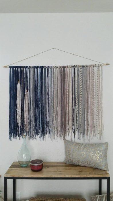 DIY de cortina o adorno de cabecera hecho con estambre o trapillo