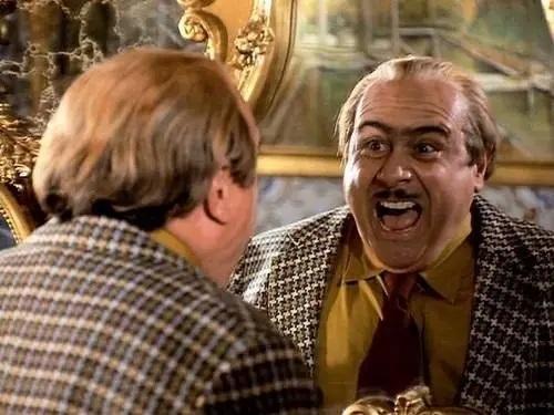 Harry Howard de Matilda gritando frente al espejo