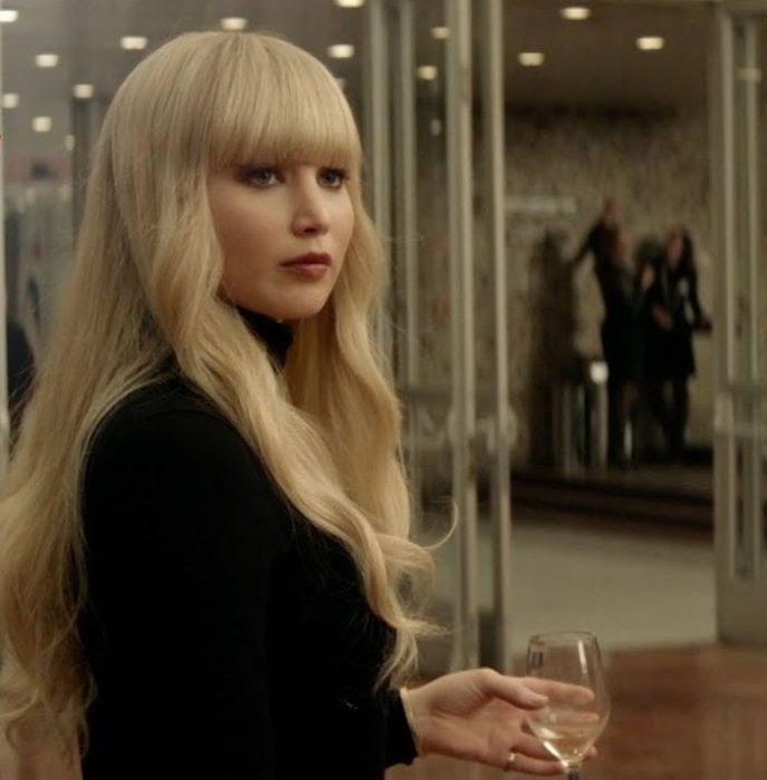 Jennifer Lawrence como Dominika Egorova en Red Sparrow bebiendo vino blanco