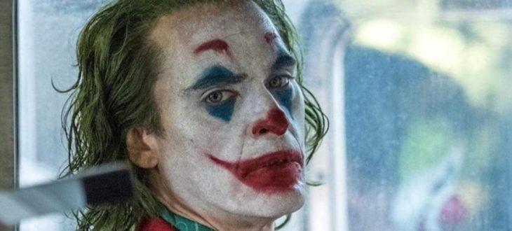 Escena de Joker, Arthur sonriendo en un camión