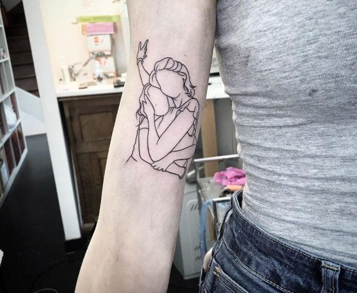 Tatuaje de madre e hija de la silueta de ambas
