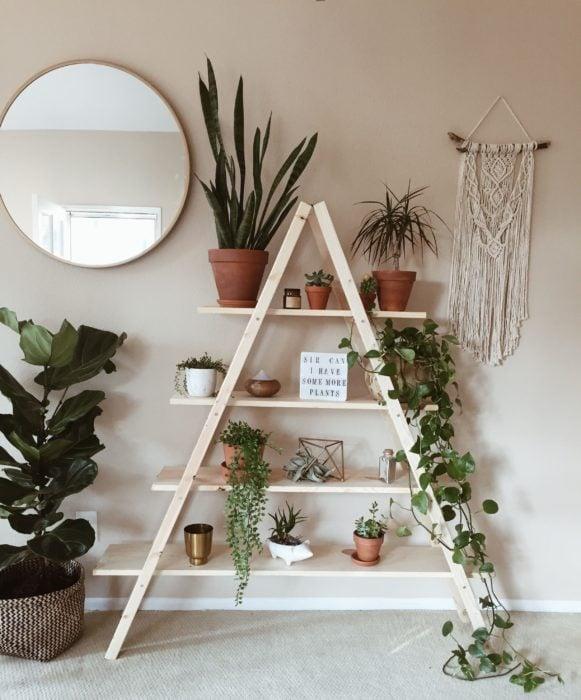 DIY de escalera de madera con trozos de madera haciendo un mueble de diferentes niveles