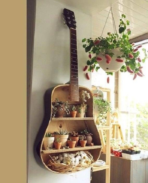 DIY de una guitarra que tiene ahora como función una repisa para adornos pequeños