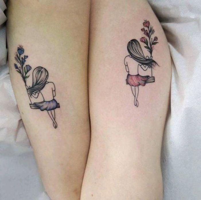 Tatuajes de madre e hija de mujeres en los columpios