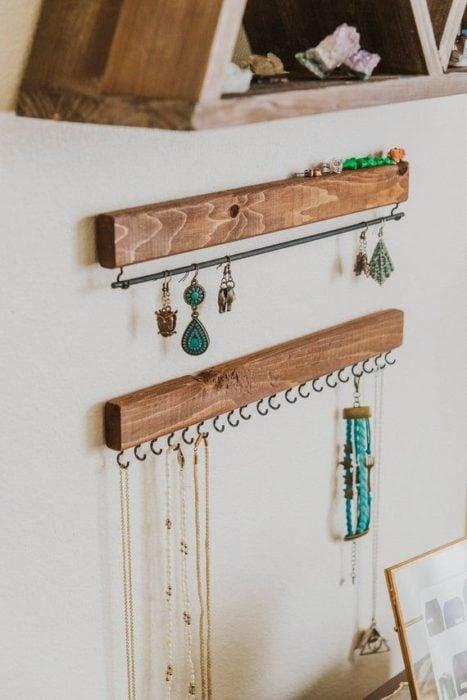 DIY de trozos de madera y argollas que hacen de función para colocar collares y aretes