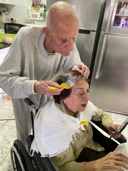 Hombre mayor ayuda a su esposa a pintarse el pelo