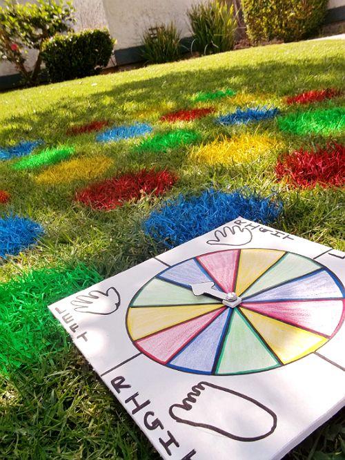 Juego Twister recreado en el jardín de una casa con pintura de colores