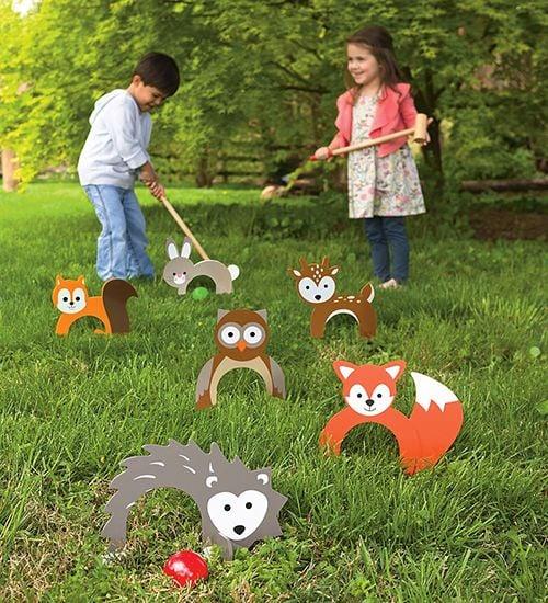 Niños jugando minigolf en el jardín de su casa