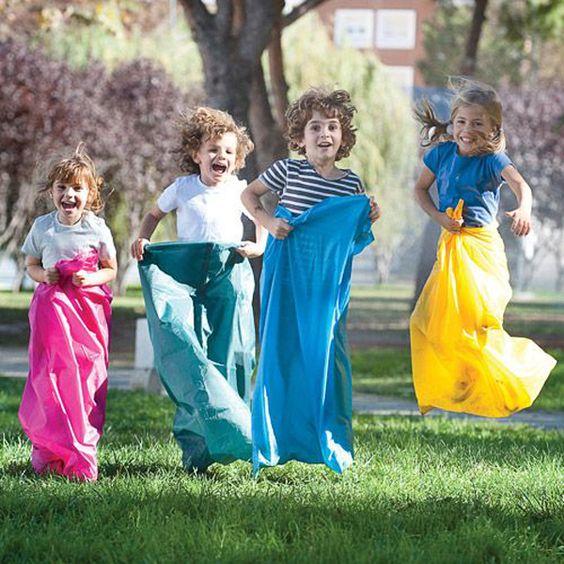 Niños jugando carrera de sacos