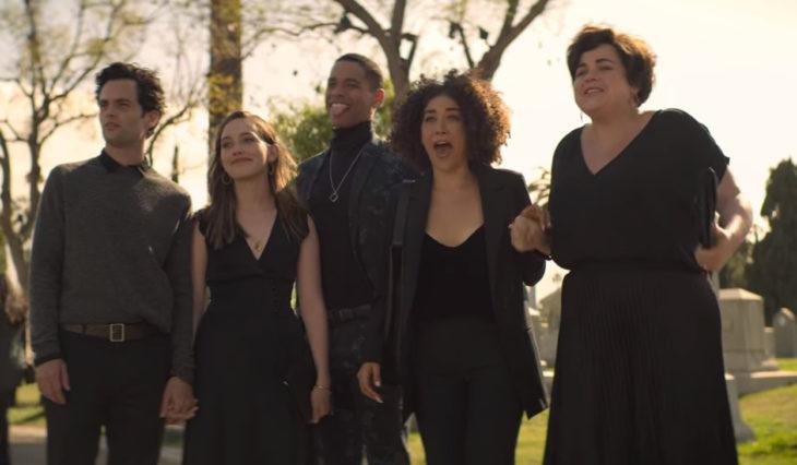 Escena de la serie You con Will y Love y sus amigos
