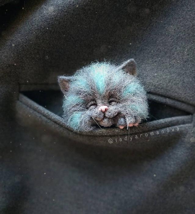 Figura de fieltro creada por la artista rusa Anna Romanova gato azul dentro de un saco gris oscuro