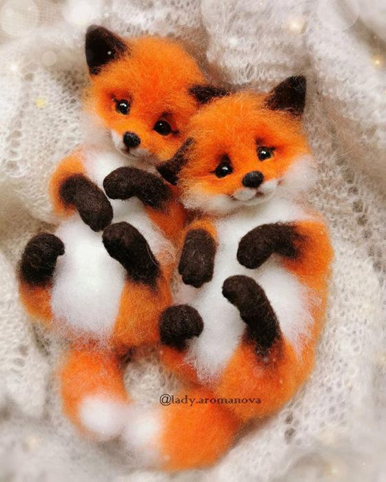 Figura de fieltro creada por la artista rusa Anna Romanova pareja de zorros rojos abrazados