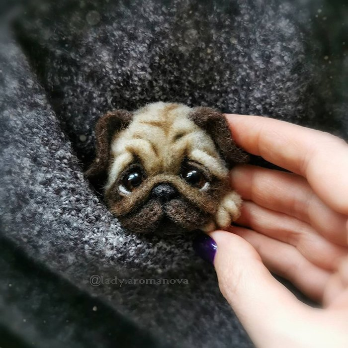 Figura de fieltro creada por la artista rusa Anna Romanova perro pug dentro de un saco gris oscuro