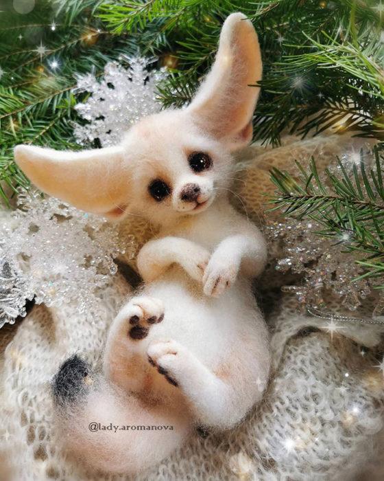 Figura de fieltro creada por la artista rusa Anna Romanova perrito chihuahua blanco