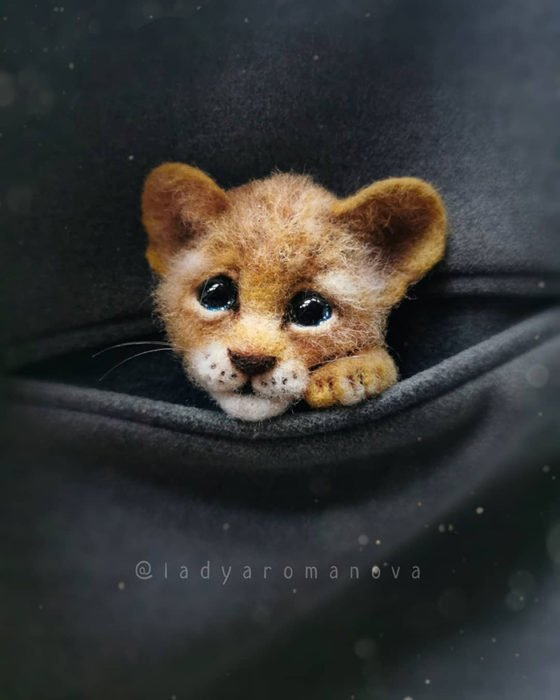 Figura de fieltro creada por la artista rusa Anna Romanova pequeño león con ojos grandes
