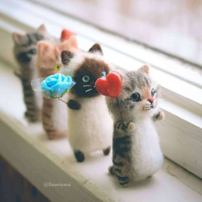 Gatitos hechos de fieltro