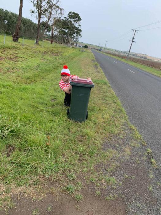 Hombre vestido de wall para sacar la basura en australia