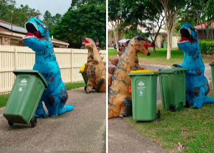 Personas disfrazadas de dinosaurios para sacar la basura