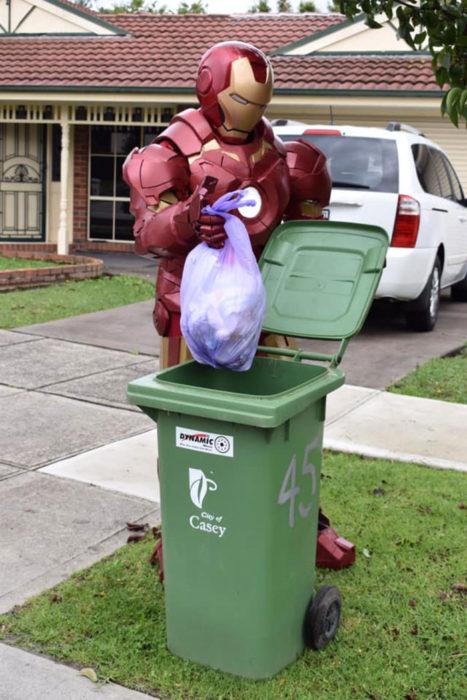Señor vestido de Aironman listo para sacar la basura