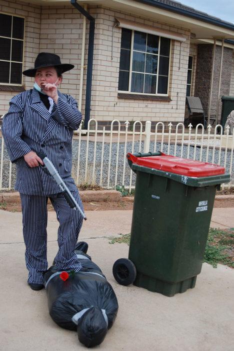 Señora vestida como gangster listap ara sacar la basura