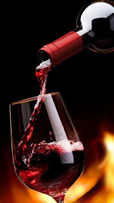 Copa de cristal con vino tinto