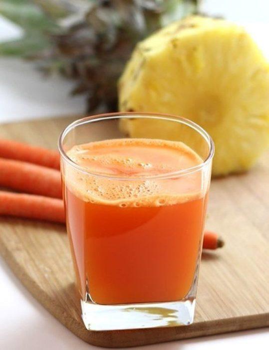 Jugo de zanahoria con piña en un vaso de cristal