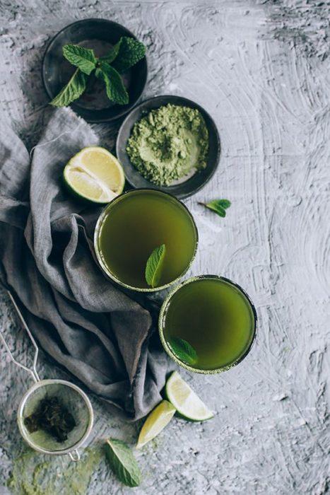 Preparación de té verde en una taza de madera