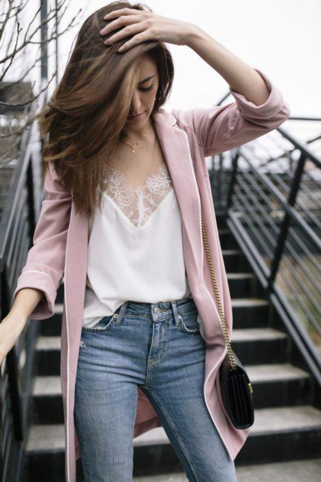 Chica utilizando blazer rosa