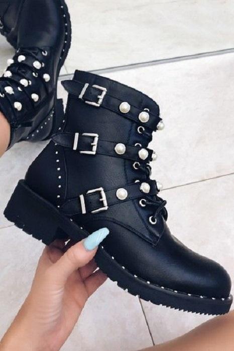 Botines negros de piso con perlas
