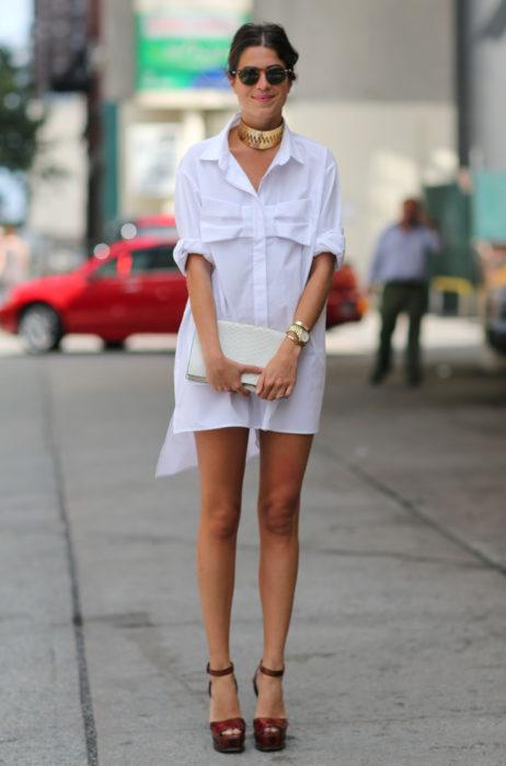 Atuendos con tu boyfriend shirt, camisa de tu novio, blusa oversized blanca como vestido, con joyas doradas, gargantilla, lentes de sol