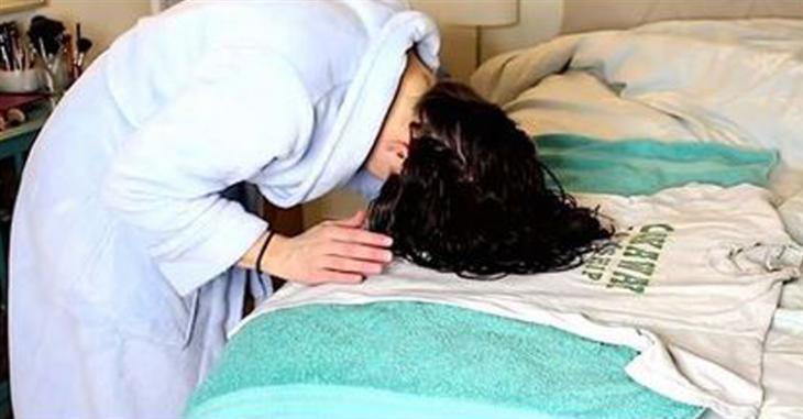 Chica envolviendo su cabello en una camiseta de algodón